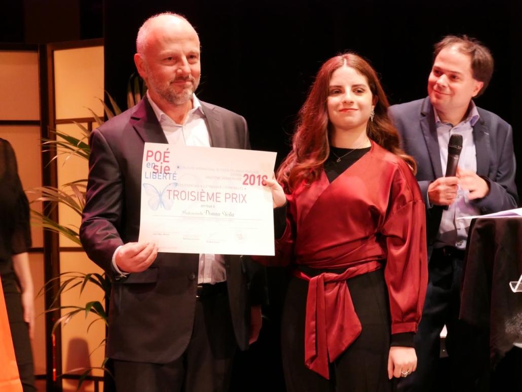 Etienne Orsini, poète, Président du Jury 2018 et Donna Sfeila, Collège Notre-Dame-de-Nazareth -Beyrouth (Liban), 3ème prix des Terminales