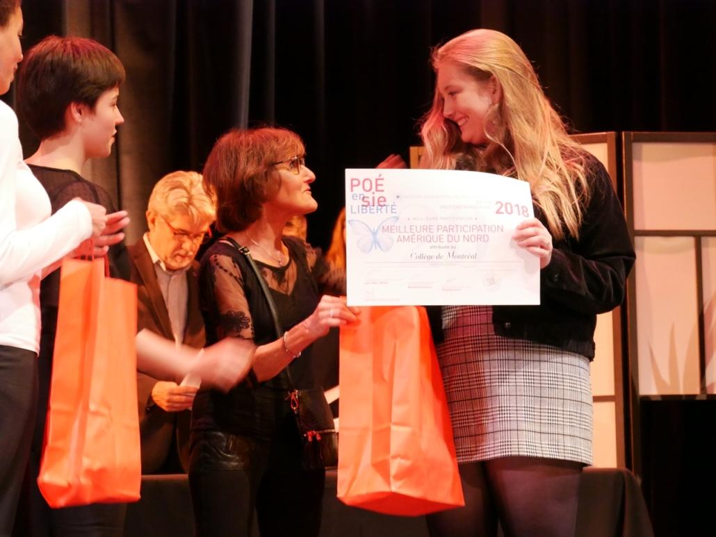 Rose Séguignes, Secrétaire générale de Poésie en liberté et Lisa Argento, jurée, membre du CCJ d'Issy remettent le Prix de la Meilleure participation Amérique du Nord au Collège de Montréal - Montréal (Canada) représenté par ses élèves Mara Dupas et Mathilde Sauvé.