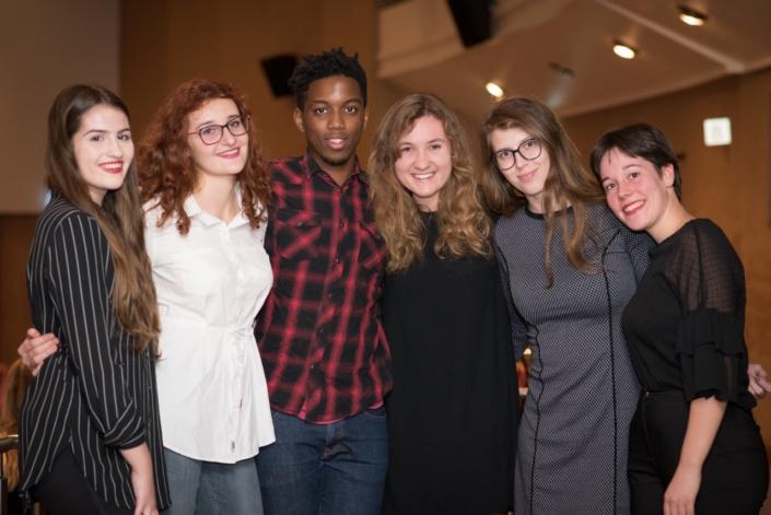 au centre, Moïse Abossan, bénévole et Daniela Sabová et ses amies, Lisa Argento à droite