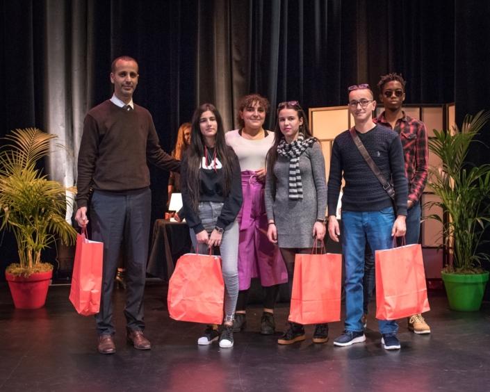 Feryel Kaabeche, membre du Jury et Moïse Abossan, bénévole, ancien juré avec le chef de la Délégation algérienne : Yazid Bendjeddi, Maire-adjoint et chargé des affaires culturelles de la Ville de Tazmalt, Letissia et Melinda Redjal, le poète formateur Hamza Matout