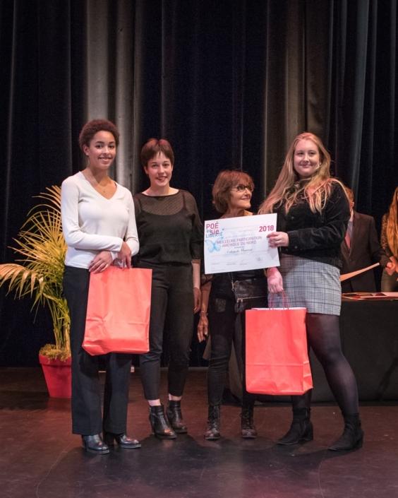 Rose Séguignes, Secrétaire générale de Poésie en liberté et Lisa Argento, jurée, membre du Conseil Communal des Jeunes de la Ville d'Issy remettent le Prix de la Meilleure participation Amérique du Nord au Collège de Montréal - Montréal (Canada) représenté par ses élèves Mara Dupas et Mathilde Sauvé.