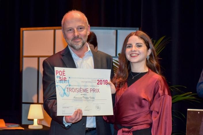 Etienne Orsini, poète, Président du Jury 2018 et Donna Sfeila, Collège Notre-Dame-de-Nazareth -Beyrouth (Liban), 3ème prix des Terminales.