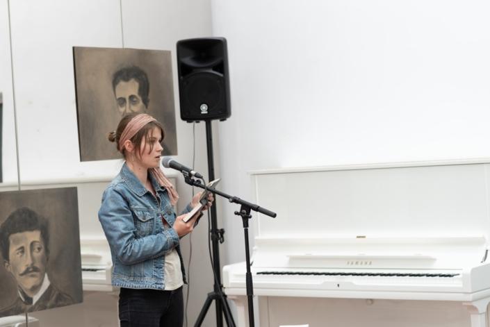 Eva Péchova dans la lecture de son premier recueil