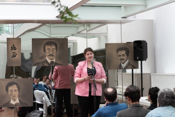 Margarita Stroganova, lauréate, jurée, assistante, photographe, lit un de ses poèmes