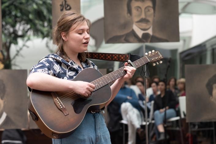 Pauline Belshi, jurée, écrit, chante et s'accompagne