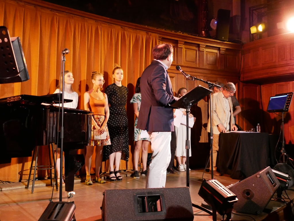 Matthias Vincenot présente les comédiens qui liront des poèmes primés, distingués ou sélectionnés