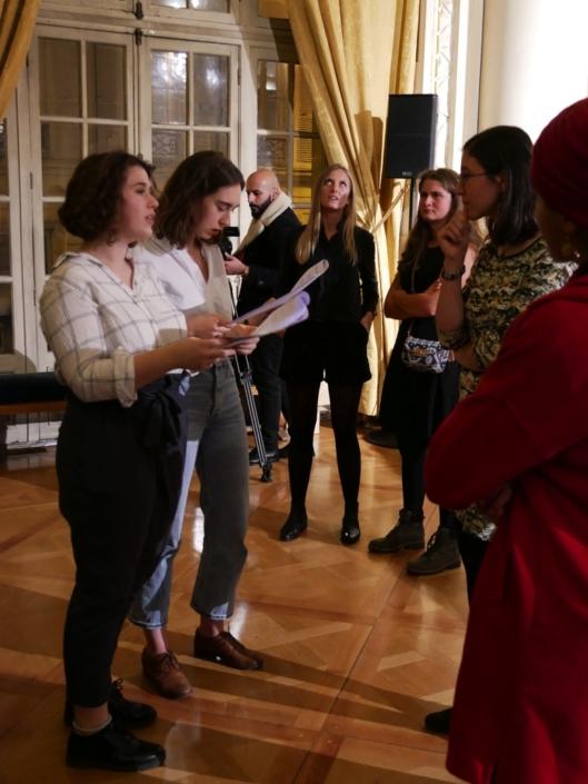 les jurées Marine Laffort et Claire Kozlow mettent en place les lauréats
