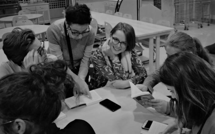 Nicole Simonet, responsable du Jury, anime la soirée de découverte du recueil