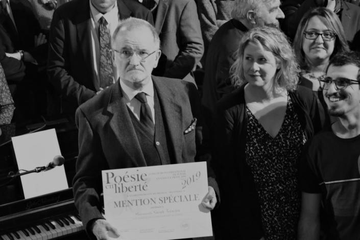 Bernard Martial, Professeur au Lycée Langevin-Wallon, Champigny-sur-Marne, reçoit le diplôme d'une de ses élèves