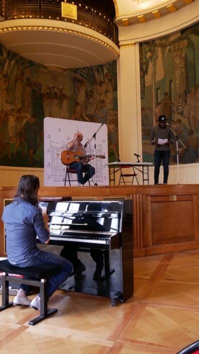 Benoît d'Afrique accompagné par Nicolas Topor à la guitare